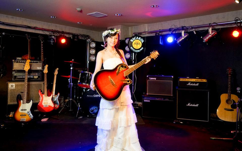 写真:ステージでドラム・ピアノなどの楽器・ライブ演奏OK
